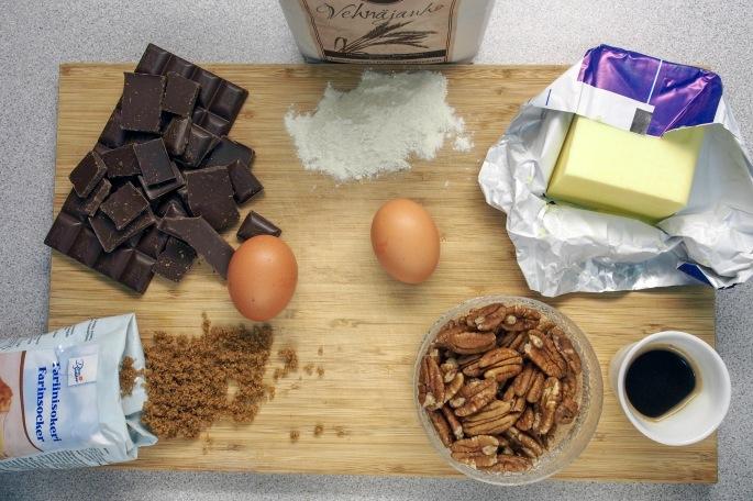 Brownie pekaanipähkinä suklaa vaniljajäätelö suomen jäätelö