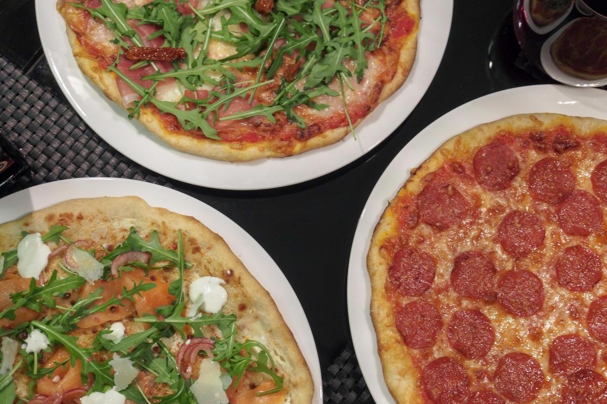 pizza pohja hapanjuuri juuri juureen itse tehty pitsa pepperoni pekoni parmankinkku prosciutto rucola kylmäsavulohi valkoinen pizza bianco