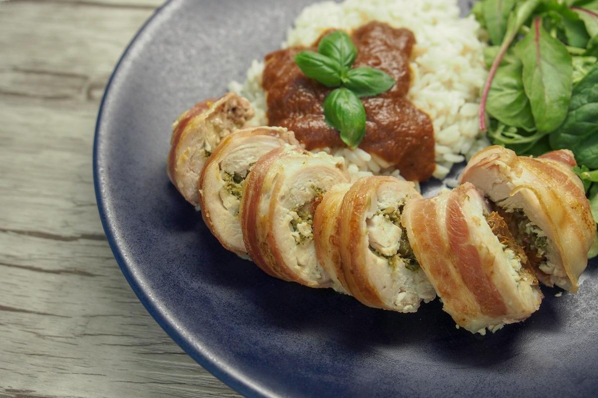 Kana broileri pekoniin kääritty täytetty pesto mozzarella aurinkokuivattutomaatti