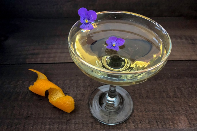 St Germain Bacardi Carta Blanca syötävä orvokki cocktail drinkki etikka vaalea balsamico pickle
