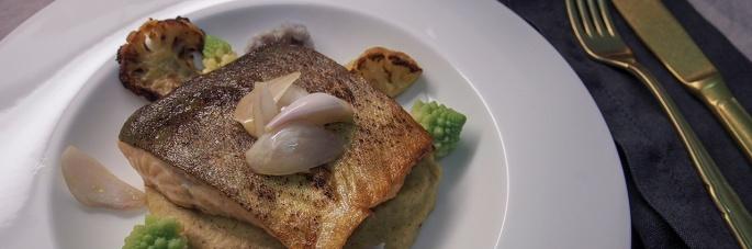 Nieriä kukkakaali paahdettu pyree romesco marinoitu salotti sipuli