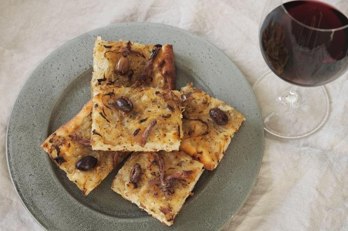 Sipuli anjovis sardelli oliivi nizza piiras pizza hapanjuuri juureen