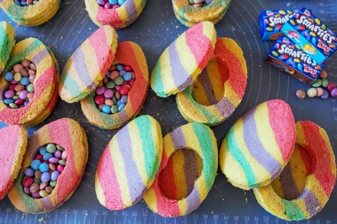 Yllätys muna keksi sokeri keksi sugar cookies smarties pääsiäis leivonta
