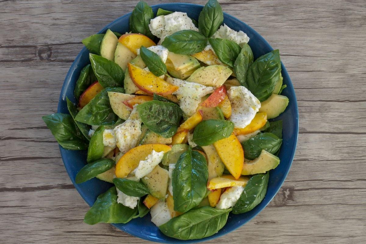 persikka avokado mozzarella basilika salaatti paraguayo litteä persikka balsamico caprese