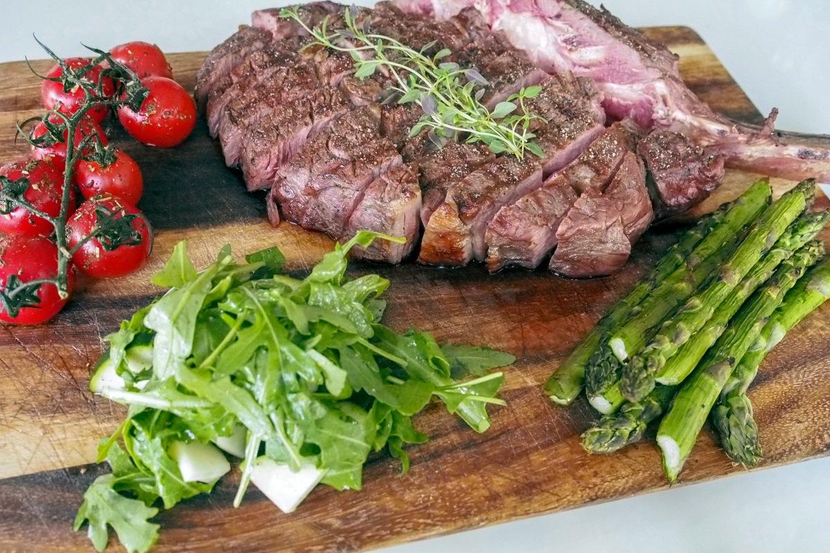 Tomahawk pihvi sous vide grillattu tomaatti parsa rucola salaatti