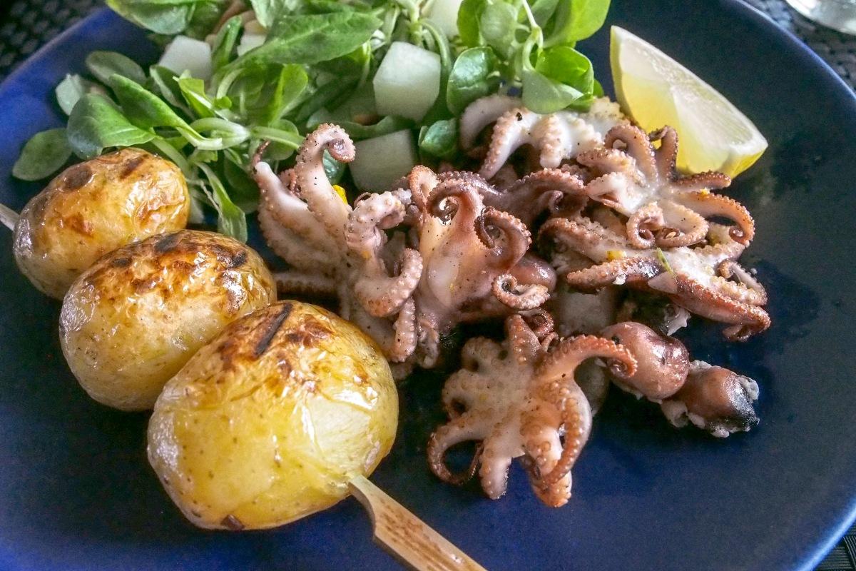 Mustekala pieni grilli grillattu uusi peruna